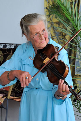 Frau Adler spielt Geige